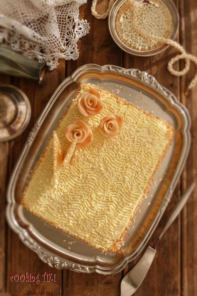 Торта от рози и вафлени кори 681x1024 Новини